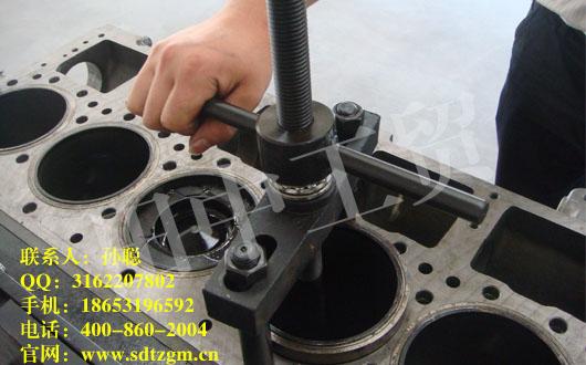 田中工贸是一家经过15年捶打磨练出来的卡车发动机缸套拉拔器生产厂家,生产出来的产品优质,品种齐全,在整个行业排名一直都是名列前茅,合作过的客户已经积累了数百万,其中,最受欢迎的也就是田中工贸的卡车发动机缸套拉拔器了。 卡车发动机缸套拉拔器使用于重汽、上柴、玉柴、铂金斯、康明斯、潍柴等系列发动机。使用说明:将专用工具支杆拧入上缸盖对角螺纹孔(注意:支杆要拧到底);将专用工具主体架到支杆之间,将专用工具拉盘凸台卡在缸套内边;一只手固定住螺杆(使拔盘固定不晃动),另一只手旋转专用工具大螺纹至拔盘不受力不晃动双手