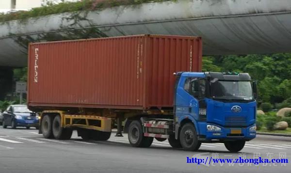 新规定治超最高限4米 集装箱运输车全天然超标!